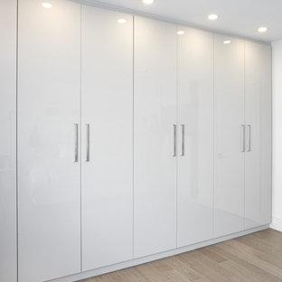 Foto di un piccolo armadio incassato unisex moderno con ante lisce e ante bianche