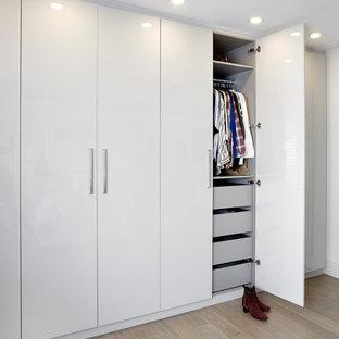 Ejemplo de armario y vestidor unisex, minimalista, pequeño, con armarios con paneles lisos y puertas de armario blancas