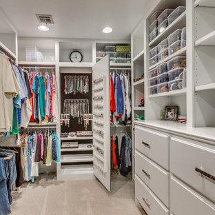 Inspiration för stora klassiska walk-in-closets för könsneutrala, med öppna hyllor, vita skåp och heltäckningsmatta