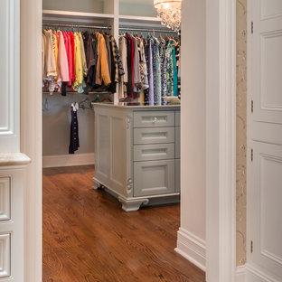 Ejemplo de vestidor de mujer, tradicional, grande, con puertas de armario verdes, armarios abiertos y suelo de madera en tonos medios