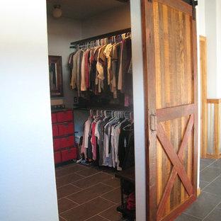 デンバーの大きい男女兼用ラスティックスタイルのおしゃれなウォークインクローゼット (グレーの床、スレートの床) の写真