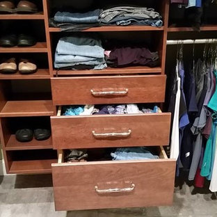 Foto de armario vestidor unisex, tradicional renovado, de tamaño medio, con puertas de armario de madera oscura, suelo de baldosas de porcelana y armarios con paneles lisos