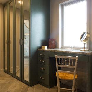 Modelo de vestidor unisex, moderno, grande, con armarios estilo shaker, puertas de armario verdes, suelo de madera en tonos medios y suelo marrón