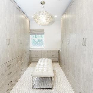 Foto de armario vestidor unisex, contemporáneo, grande, con armarios con paneles lisos, puertas de armario grises y suelo blanco