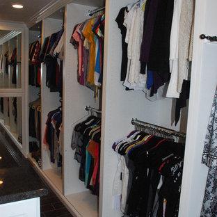Idéer för ett stort klassiskt omklädningsrum för kvinnor, med öppna hyllor, vita skåp och klinkergolv i keramik