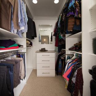 Diseño de armario vestidor unisex, actual, pequeño, con armarios con paneles lisos, puertas de armario blancas y moqueta