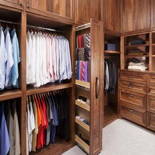 Пример оригинального дизайна: гардеробная комната в классическом стиле с фасадами с утопленной филенкой, темными деревянными фасадами и ковровым покрытием для мужчин