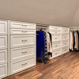 Exempel på ett mellanstort modernt walk-in-closet för kvinnor, med luckor med upphöjd panel, vita skåp och mellanmörkt trägolv