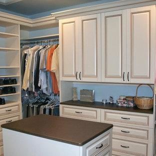 Diseño de armario vestidor unisex, clásico renovado, grande, con armarios con rebordes decorativos y puertas de armario beige