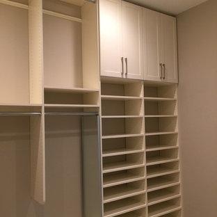 Imagen de armario vestidor unisex, clásico renovado, de tamaño medio, con armarios estilo shaker, puertas de armario blancas, suelo de madera clara y suelo beige