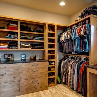 Ispirazione per armadi e cabine armadio per uomo stile rurale con ante lisce, parquet chiaro e ante in legno chiaro