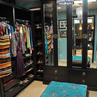 Ispirazione per una piccola cabina armadio per donna minimal con ante lisce, ante in legno bruno e moquette