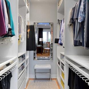 トロントの小さい男女兼用トランジショナルスタイルのおしゃれなウォークインクローゼット (オープンシェルフ、白いキャビネット、竹フローリング、ベージュの床) の写真
