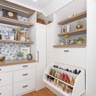 Esempio di un grande spazio per vestirsi unisex tradizionale con ante bianche, pavimento in legno massello medio, ante in stile shaker e pavimento marrone