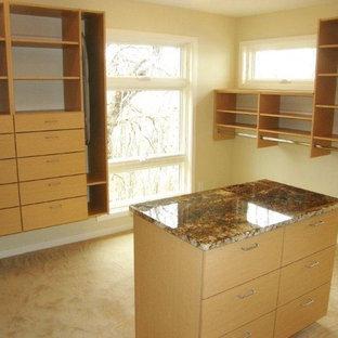 Immagine di una cabina armadio tradizionale con ante lisce, ante in legno chiaro, moquette e pavimento beige