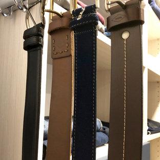 Diseño de armario vestidor unisex, clásico renovado, de tamaño medio, con armarios con paneles lisos, suelo de madera en tonos medios, suelo marrón y puertas de armario negras