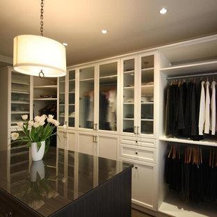 Diseño de vestidor unisex, clásico, grande, con puertas de armario blancas y armarios con paneles empotrados