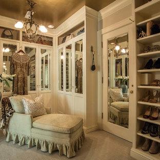 Diseño de armario vestidor de mujer, bohemio, de tamaño medio, con puertas de armario beige, moqueta y suelo beige