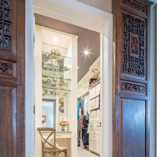 Diseño de armario vestidor de mujer, bohemio, grande, con armarios con paneles lisos, puertas de armario blancas y moqueta