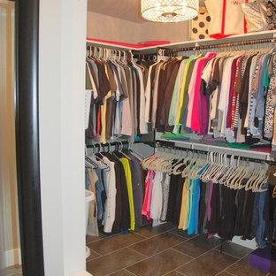 Foto de armario y vestidor unisex, de estilo americano, grande, con armarios abiertos, suelo de baldosas de porcelana y suelo marrón