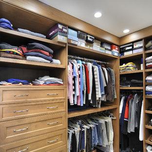 Modelo de armario y vestidor unisex, tradicional, con armarios abiertos y puertas de armario de madera oscura