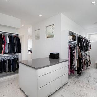 Ispirazione per un grande armadio incassato unisex contemporaneo con ante lisce, ante bianche e pavimento multicolore