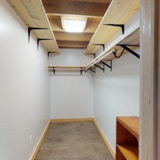 Imagen de armario vestidor unisex, de estilo de casa de campo, de tamaño medio, con suelo de cemento y suelo marrón