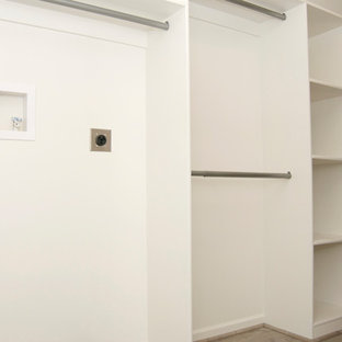 Ejemplo de armario vestidor unisex, tradicional, de tamaño medio, con armarios abiertos, puertas de armario blancas, suelo de madera clara y suelo beige