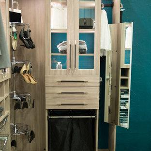 Modelo de armario vestidor unisex, contemporáneo, pequeño, con armarios tipo vitrina y puertas de armario de madera clara