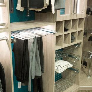 Foto de armario vestidor unisex, actual, pequeño, con puertas de armario de madera clara