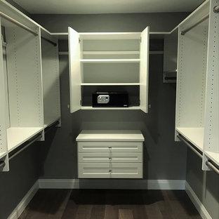 Idee per uno spazio per vestirsi unisex classico di medie dimensioni con nessun'anta, ante bianche e pavimento in gres porcellanato