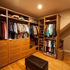 Modern Closet by Distinctive Remodeling, LLC