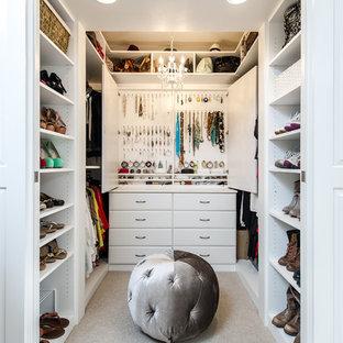 Kleiner Klassischer Begehbarer Kleiderschrank mit profilierten Schrankfronten, weißen Schränken und Teppichboden in Los Angeles