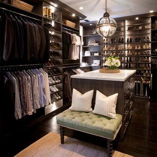 Idee per un ampio spazio per vestirsi unisex con ante in stile shaker, ante in legno bruno e parquet scuro