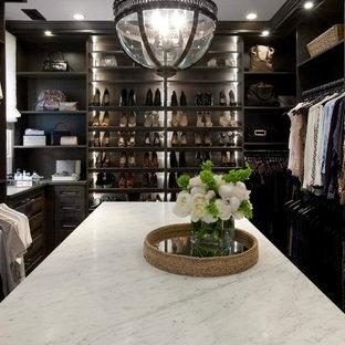 Idées déco pour un très grand dressing room neutre avec un placard à porte shaker, des portes de placard en bois sombre et un sol en bois foncé.