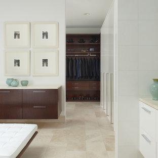 Свежая идея для дизайна: парадная гардеробная в современном стиле с темными деревянными фасадами и полом из травертина - отличное фото интерьера
