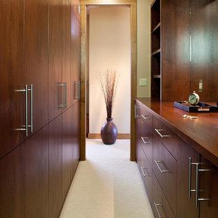 Foto de armario vestidor unisex, moderno, extra grande, con puertas de armario de madera oscura, moqueta, armarios con paneles lisos y suelo beige