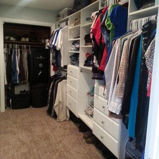 Modelo de armario vestidor unisex, romántico, de tamaño medio, con armarios con paneles lisos, puertas de armario blancas, moqueta y suelo beige