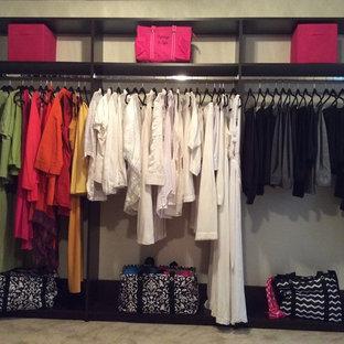 Imagen de armario vestidor unisex, clásico, de tamaño medio, con armarios con paneles lisos, puertas de armario beige y moqueta