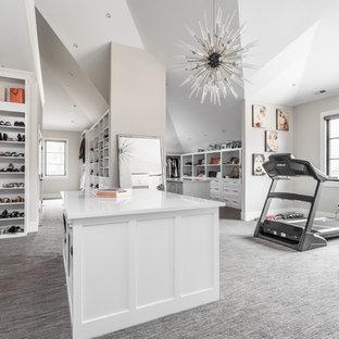 Ispirazione per un'ampia cabina armadio per donna minimalista con ante bianche, moquette e pavimento grigio