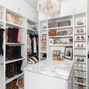 Diseño de armario vestidor papel pintado, tradicional renovado, de tamaño medio, con armarios estilo shaker, puertas de armario blancas, suelo de madera clara y papel pintado