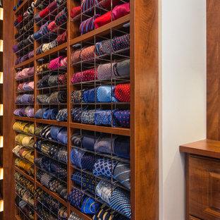 Exempel på ett mellanstort klassiskt walk-in-closet för män, med luckor med upphöjd panel, skåp i mellenmörkt trä, mellanmörkt trägolv och brunt golv