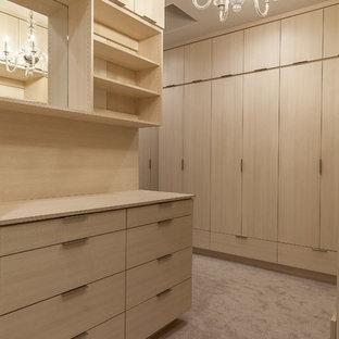 Diseño de armario vestidor unisex, romántico, grande, con armarios con paneles lisos, puertas de armario de madera clara, moqueta y suelo gris