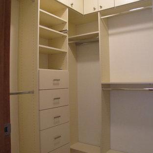 Idee per una piccola cabina armadio minimal con ante lisce, ante bianche e moquette