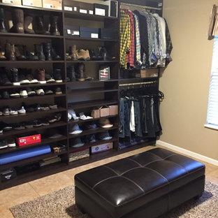 Diseño de armario vestidor contemporáneo, de tamaño medio, con armarios abiertos, puertas de armario de madera en tonos medios y suelo de baldosas de cerámica