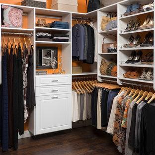 Bild på ett mellanstort eklektiskt walk-in-closet för könsneutrala, med öppna hyllor, vita skåp och mörkt trägolv