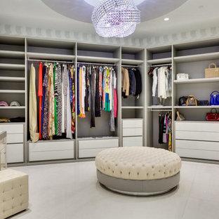 Inspiration för ett mycket stort funkis omklädningsrum, med släta luckor och vita skåp