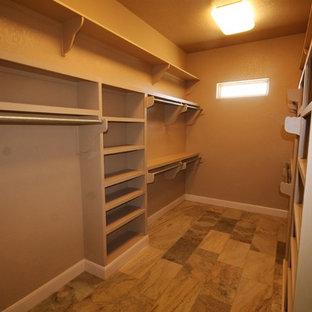 Ispirazione per una cabina armadio unisex classica di medie dimensioni con ante con bugna sagomata, ante beige, pavimento in gres porcellanato e pavimento multicolore