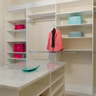 Modelo de armario vestidor unisex, clásico renovado, grande, con armarios estilo shaker y puertas de armario blancas