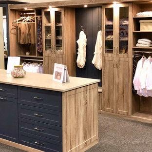 Inredning av ett klassiskt stort omklädningsrum, med skåp i shakerstil, skåp i mellenmörkt trä, heltäckningsmatta och brunt golv